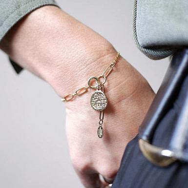 Joobee : bracelet médaille Madame de Petite Madame porté