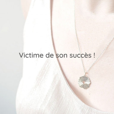 Joobee : collier long pendentif soleil de Petite Madame porté