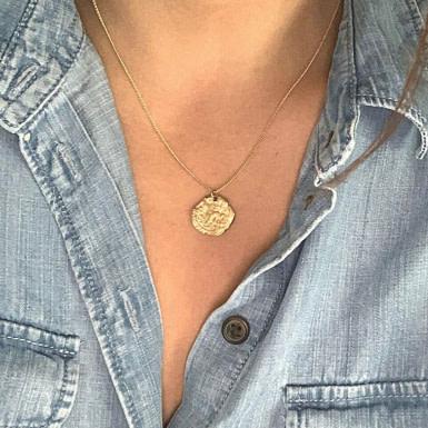 Joobee : collier Médaille or martelé Fès de Anna Sottilotta porté