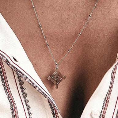 Joobee : collier de créateur Nomade de Un de ces Quatre porté