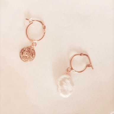 Joobee : boucles d'oreilles mini créoles asymétriques perle Kate par Gisel b.
