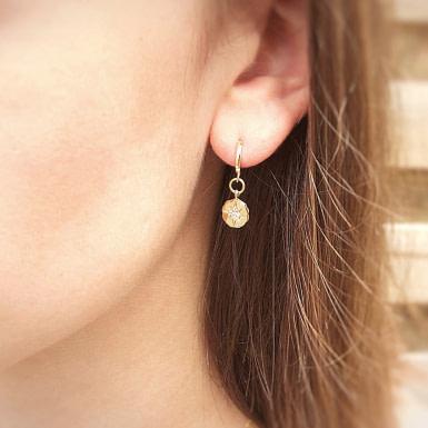 Joobee : boucles d'oreilles mini créoles zircons Liz de Moody Arty portées