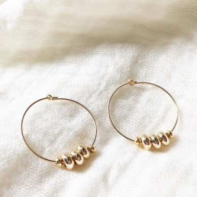 Joobee : Boucles d'oreilles créoles perles dorées Aby de Stella Mai portées