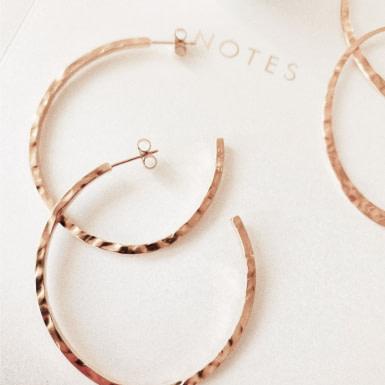 Joobee : boucles d'oreilles créoles martelées de Léone